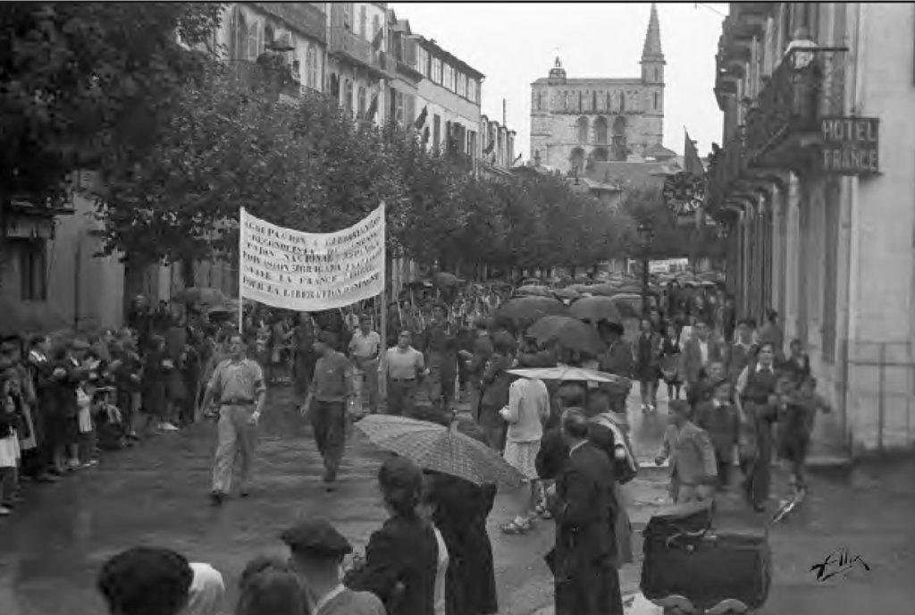 Desfile de guerrilleros españoles tras la liberación de Bagnères de Bigorre. Foto Alix