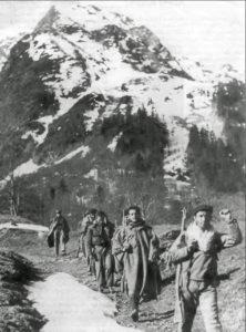 Famosa fotografía aparecida en su día en La Dêpeche du Midi. En primer término, Juan Lacasa Lardiés, de Biescas, que fuera jefe de la 130 Brigada Mixta, de la 43 División